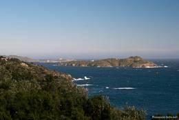 Ausblick von Giens auf Teile der Hyèrischen Inseln (Île du Grand Ribaud in der Mitte, links dahinter Île du Petit Langoustier und ein Teil der Insel Porquerolles)