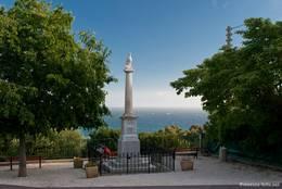 Ein kleines Denkmal zu Ehren der Gefallen des Ersten Weltkrieges mit Blick auf das Mittelmeer in Giens