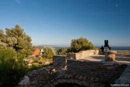 Blick über die Ruinen der Burg von Giens zum Mittelmeer