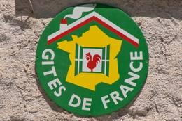 Schild mit dem Logo von Gîtes de France an einer Hauswand