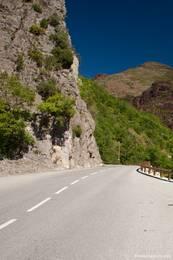 Im mittleren Teil der Gorges du Cians wechselt das Gestein vom hellen Kalkgestein zu rotem Schiefer