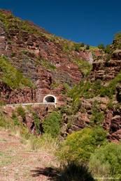 Die Straße durch die Cians-Schlucht führt durch mehrere kleine Tunnel wie diesen