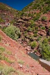 Der kleine Fluss Cians, der die Schlucht gegraben hat