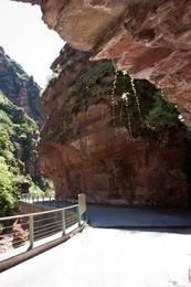 Schmaler Teil der alten Straße durch die Gorges du Cians, heute wird dieser Teil durch einen Tunnel überbrückt, so dass man dieses Teilstück gut zu Fuß erkunden kann