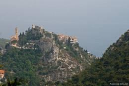Ausblick aus den Bergen nahe der Grande Corniche auf das Bergdorf Èze