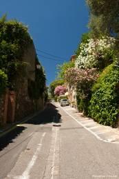 Über diese Straße gelangt man in das alte Zentrum von Grimaud