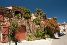 Vielfältig bewachsenes und begrüntes Haus in Grimaud