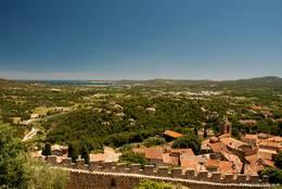 Blick von der Burg auf Grimaud mit dem Kirchturm rechts