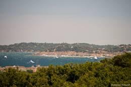 Die Bucht von Saint-Tropez gesehen von der Terrasse vor dem Rathaus von Grimaud