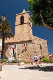 Die romanische Kirche Saint-Michel im Zentrum von Grimaud