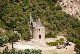 Blick von der Festung zur alten Dorfmühle am Ortsrand von Grimaud