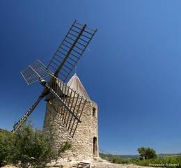 Diese alte Mühle steht steht auf einem kleinen Hügel am Rand von Grimaud, im Hintergrund kann man das Mittelmeer erkennen
