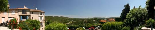 Panorama der Aussicht von der Terrasse des Rathauses von Grimaud, ganz im Hintergrund erkennt man das Mittelmeer mit der Bucht von Saint-Tropez
