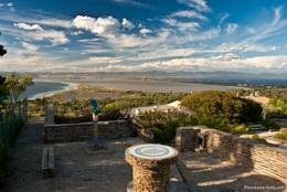 Ausblick von den Resten Château de Giens über die zwei Landegen der Halbinsel zum Festland