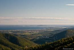 Abendlicher Blick aus den Bergen des Maurenmassivs auf das Mittelmeer mit der Halbinsel Giens