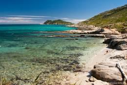 Wunderschöne Côte d'Azur: Die Küste auf der Halbinsel von Saint-Tropez mit dem Cap Taillat im Hintergrund