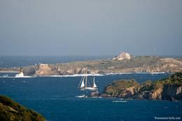 Ein Segelschiff unterwegs zwischen den Hyèrischen Inseln