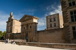 Portal des Schlosses von La Tour-d'Aigues