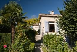 Im Garten dieses Hauses in La Tour-d'Aigues wächst sogar eine Palme