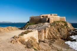 Die Festung Tour Fondue im Süden der Halbinsel Giens, im Hintergrund erkennt man die Insel Porquerolles
