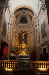 Im Inneren der Kirche zeigt sich eine prunkvolle typisch barocke Einrichtung