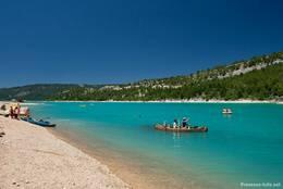 Mit dem Paddelboot auf dem Lac de Sainte-Croix, der Stausee ist ein ideales Wassersportgebiet