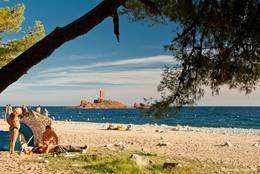 Der Strand im Westen von Le Dramont mit der Île d'Or im Hintergrund