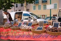 Marktstand mit leckerer französischer Salami
