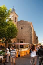 Provenzalischer Markt vor der Kirche von Le Muy
