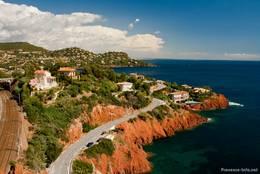 Die Küste mit den roten Felsen des Esterel-Gebirges bei Le Trayas