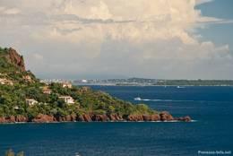 Ausblick von Le Trayas entlang der Küste des Esterel-Gebirges über die Îles de Lérins Richtung Cannes