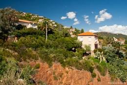 Häuser an den Berghängen des Esterel-Gebirges in Le Trayas