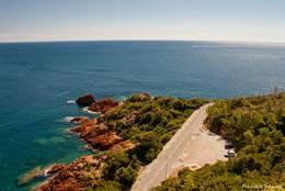 Blick von Le Trayas über die Küstenstraße hinaus auf das Mittelmeer