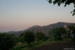 Blick über Gärten und Häuser in Les Adrets-de-l'Estérel durch die Berge des Esterel-Gebirges Richtung Mittelmeer