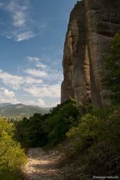 Der Wanderweg zurück nach Les Mées am Fuß der riesigen Felsen