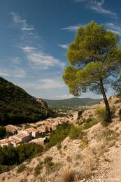 Ausblick vom Wanderweg auf die Felsformation Les Pénitents über Teile von Les Mées