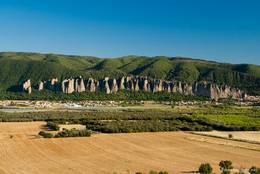 Ausblick von Montfort über das Tal der Durance auf die Felsformation Les Pénitents bei Les Mées