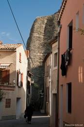 Eine kleine Gasse in Les Mées direkt zu Füßen der bizarren Felsen