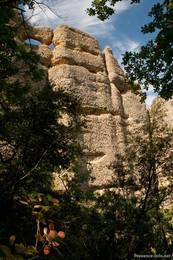Manche der riesigen Felsen der Felsformation Les Pénitents bei Les Mées haben regelrecht Gesichter