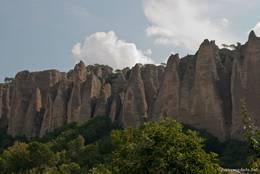 Blick von unten auf die Felsformation Les Pénitents bei Les Mées