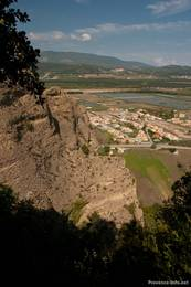 Nahe dem Wanderweg geht der Blick teilweise steil hinab in das Tal bei Les Mées