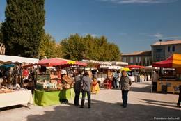 Marktstände auf dem Wochenmarkt in Les Mées