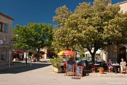 Kleines Café am Straßenrand in Les Salles-sur-Verdon