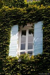 Fenster eines Hauses in Lourmarin mit den für die Provence typischen Fensterläden