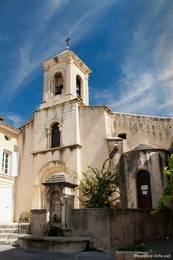 Kirche im Dorfzentrum von Lourmarin
