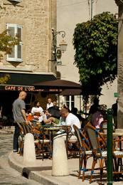 Straßencafé in den Gassen von Lourmarin