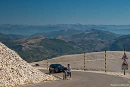 Die Straße von Osten auf den Mont Ventoux in der Nähe des Gipfels, im Hintergrund sieht man die Alpen