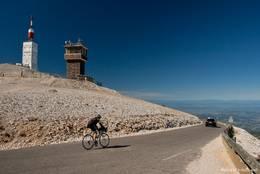 Die Straße von Westen auf den Mont Ventoux nahe des Gipfels