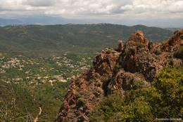 Rote Felsen und Blick vom Mont Vinaigre auf Les Adrets-de-l'Estérel