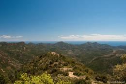 Blick vom Mont Vinaigre über das Esterel-Gebirge auf das Mittelmeer